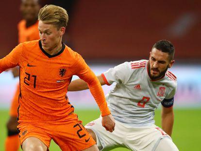 Koke trata de robar la pelota a Frenkie de Jong en el partido contra Holanda.