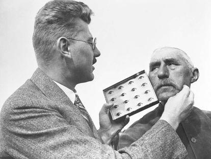 Un antropólogo estudia el rostro de un hombre en Alemania en 1932.