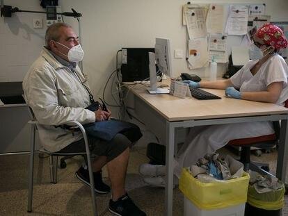 Una doctora atiende a un paciente en el CAP Casernes de Barcelona.