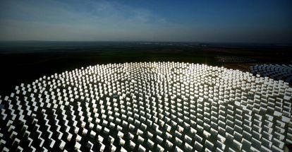 Vista aérea de la planta Solúcar de energía termosolar de la compañía Abengoa en la localidad de Sanlúcar la Mayor.