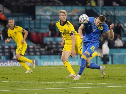 Dovbyk controla antes de marcar en Glasgow el segundo gol para Ucrania en el último minuto de la prórroga ante Suecia.