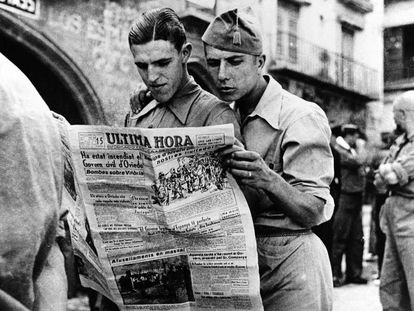 Alcañiz, sin fecha. Soldados leyendo el diario vespertino 'Última Hora', publicado entre 1935 y 1938 y durante la guerra estará vinculado a la izquierda republicana de Cataluña.