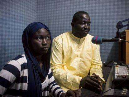 Oyssenou Diop y Ami Gueya miran desde la mesa de sonido el estudio de radio.