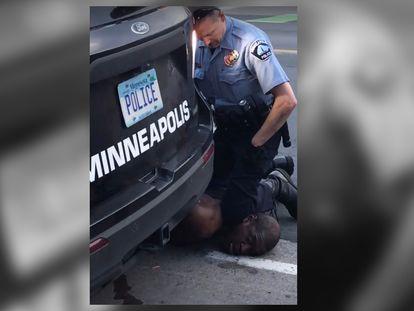 Un policía presiona la rodilla en el cuello de George Floyd en Mineápolis, Estados Unidos.