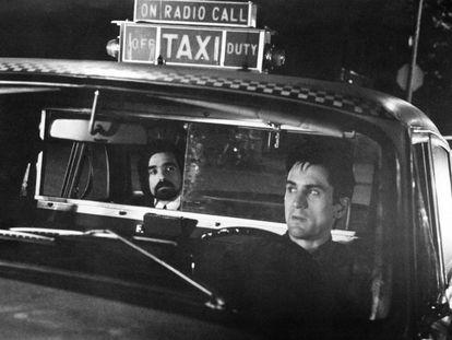 Martin Scorsese, al fondo, observa a Robert Deniro durante el rodaje de 'Taxi Driver'.