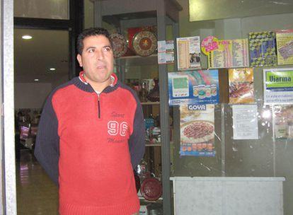 Abdel Hakim, marido de la mujer agredida, en la puerta de su negocio.