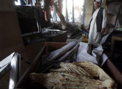 Un afgano observa su tienda destrozada por una bomba.