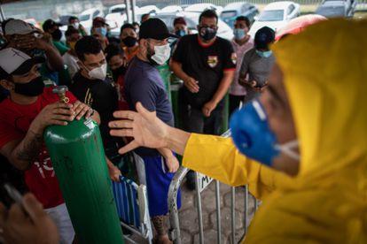 Familiares de pacientes de coronavirus esperan en fila para rellenar sus tanques de oxígeno en la ciudad de Manaos, el 19 de enero.