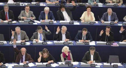 Eurodiputados votan durante una sesión plenaria en el Parlamento