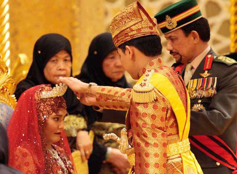 La novia y el sultán de Brunei, en un momento de la ceremonia.