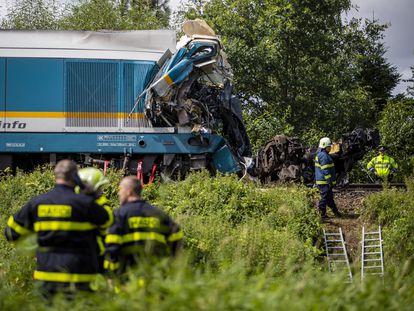 Trabajadores de rescate en el lugar del accidente en la localidad de Milavce, en la República Checa, este miércoles.