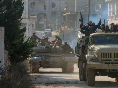 Efectivos del Ejército sirio patrullan este lunes en la ciudad de Kafr Hamra, al norte de Alepo.