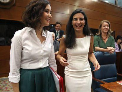 La candidata del PP a la presidencia de la Comunidad de Madrid, Isabel Díaz Ayuso (izquierda), y la portavoz de Vox en la Asamblea de Madrid, Rocío Monasterio. En vídeo, fragmento de la intervención de Díaz Ayuso.