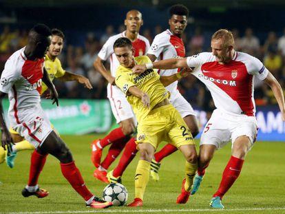 Rafael Borré, es bloqueado por jugadores del Mónaco en la ida de la fase previa de la Champions League.