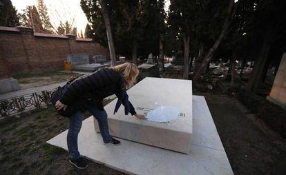 Lola Ruiz-Ibárruri, nieta de La Pasionaria, observa este lunes la pintura vertida sobre la tumba de su abuela en el cementerio civil de La Almudena.