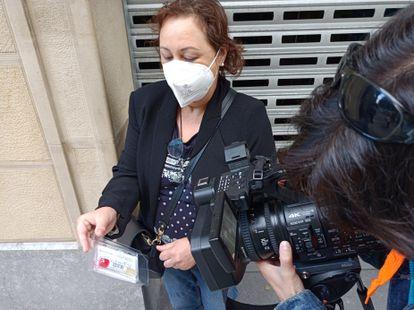 Una madre de San Sebastián le muestra una prueba de saliva a su hija, que estaba de viaje de estudios a Mallorca.