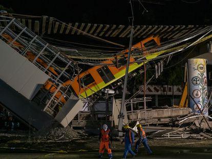Bomberos y personal de protección civil trabajan en el lugar del accidente de metro en Ciudad de México, el 4 de mayo de 2021.