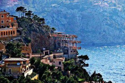Construcciones en los acantilados de Andratx, Mallorca.