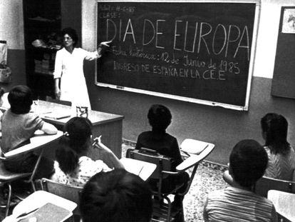Una maestra de enseñanza primaria imparte una clase sobre la entrada de España en la entonces Comunidad Económica Europea (CEE) en 1985.