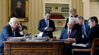 De izquierda a derecha, Donald Trump; el jefe de gabinete, Reince Priebus; el vocepresidente Mike Pence; el estratega jefe, Steve Bannon, el portavoz, Sean Spicer, y el ex consejero de Seguridad Nacional, Michael Flynn.