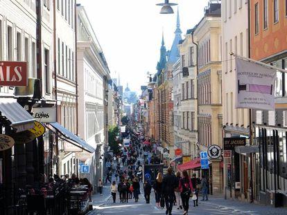 Viandantes en una calle de una zona comercial de Estocolmo.