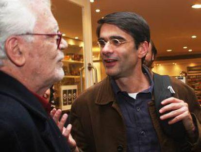 João Moreira Salles (derecha) conversa con uno de sus maestros, el documentalista brasileño Eduardo Coutinho, fallecido en 2014.