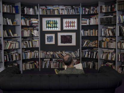 La biblioteca Vicente Verdú, en la redacción de EL PAÍS en Madrid.