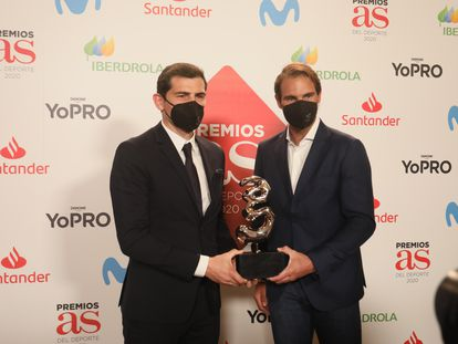 Iker Casillas (izquierda) y Rafa Nadal, este jueves en la entrega de los premios al deporte del diario 'As' en el teatro Real.