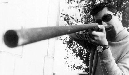 Un joven Baltasar Porcel apunta una escopeta en una imagen sin datar.