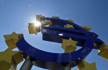Una escultura del euro, ante la sede del BCE en Fráncfort.