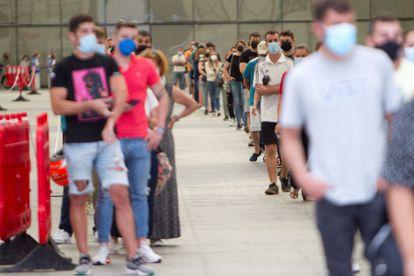 Un grupo de jóvenes hace cola para vacunarse frente a la covid-19 en el Instituto Ferial de Vigo, en Galicia.