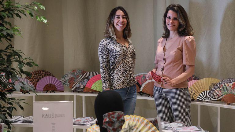 Alejandra Arias (izquierda) y Laura Corces, propietarias de Kausi, dedicada al diseño de abanicos y mascarillas, en su tienda del centro comercial ABC de Serrano.