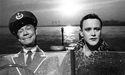 Joe E. Brown y Jack Lemmon, en la secuencia final de 'Con faldas y a lo loco'.