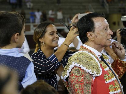 La hija del diestro José Ortega Cano, Gloria Camila, le corta la coleta en el festejo taurino celebrado esta tarde en San Sebastián de Los Reyes (Madrid).