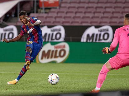 Ansu Fati define ante Asenjo en su segundo gol al Villarreal.