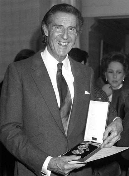 Udaeta, con la Medalla de Plata del Mérito a las Bellas Artes (1989).