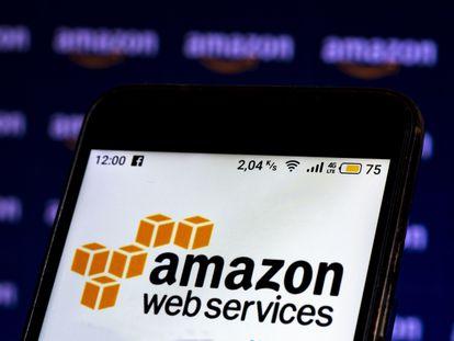 Logo de Amazon Web Services (AWS) en la pantalla de un teléfono.