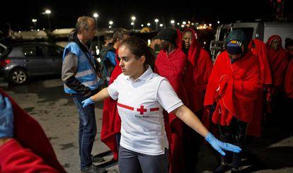 Decenas de personas rescatadas desembarcan este viernes en el puerto de Motril, en Granada.