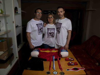 Los padres y el hermano de Gabriel Kraus, boxeador de 20 años asesinado en Madrid.