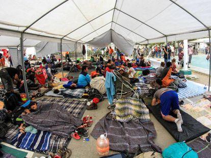 Miembros de la caravana de migrantes centroamericanos en la ciudad de Tijuana en el estado de Baja California (México).