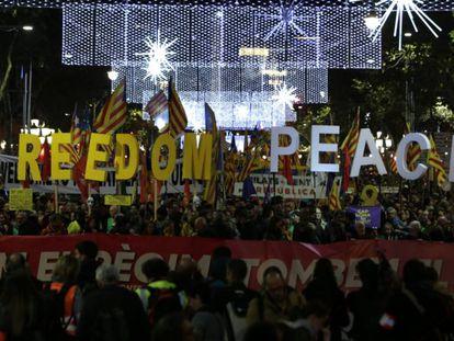 Cabecera de la manifestación de esta tarde en Barcelona. En vídeo, los CDR en Girona.