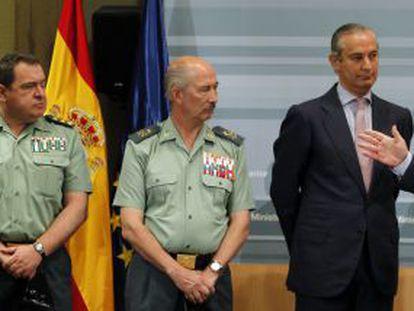 El ministro Jorge Fernández Díaz, con mandos de la Guardia Civil, en la rueda de prensa que ofreció sobre Publio Cordón.