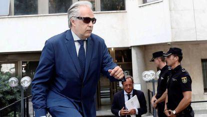 El profesor Pablo Chico sale de los Juzgados de Plaza de Castilla, este viernes.