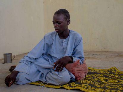 Mallam Abu Shanga, nigeriano de 15 años, en el asentamiento informal de desplazados de Kitchendi, Diffa, Níger.