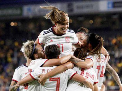 Las jugadoras de la selección española de fútbol celebran el primer gol ante Azerbaiyán durante el partido correspondiente a la fase de clasificación de la Euro 2021 que se disputa este viernes en Riazor.