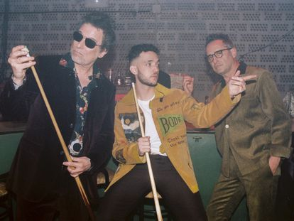 De izquierda a derecha: Andrés Calamaro, C. Tangana y Jorge Drexler en el rodaje del vídeo de 'Hong Kong', una de las canciones de 'El Madrileño'.
