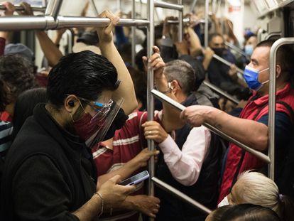 Un grupo de viajeros en el metro de Ciudad de México tras el regreso a semáforo naranja.
