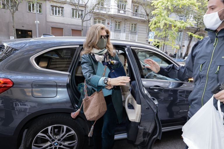 Rosalía Iglesias sale de un vehículo, ayudado por su hijo, el pasado 15 de octubre, tras conocerse la sentencia del Tribunal Supremo.