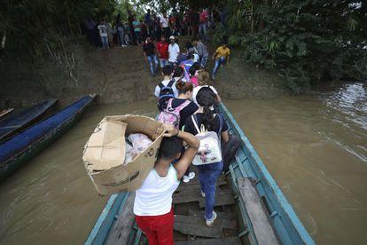 Venezolanos que huyen a Colombia por choques armados bajan de un bote en el río Arauca, el pasado 26 de marzo.