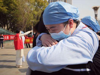Trabajadores sanitarios se despiden en una ceremonia de adiós al personal médico que acudió a reforzar los hospitales de Wuhan